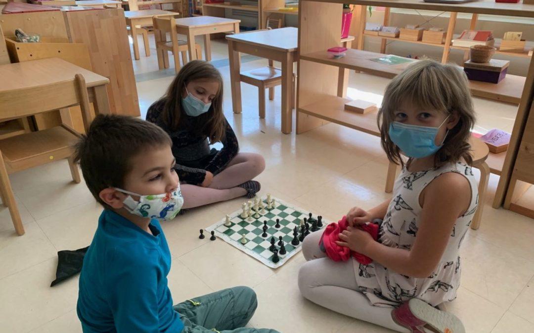 Les enfants apprennent la réussite en jouant aux échecs