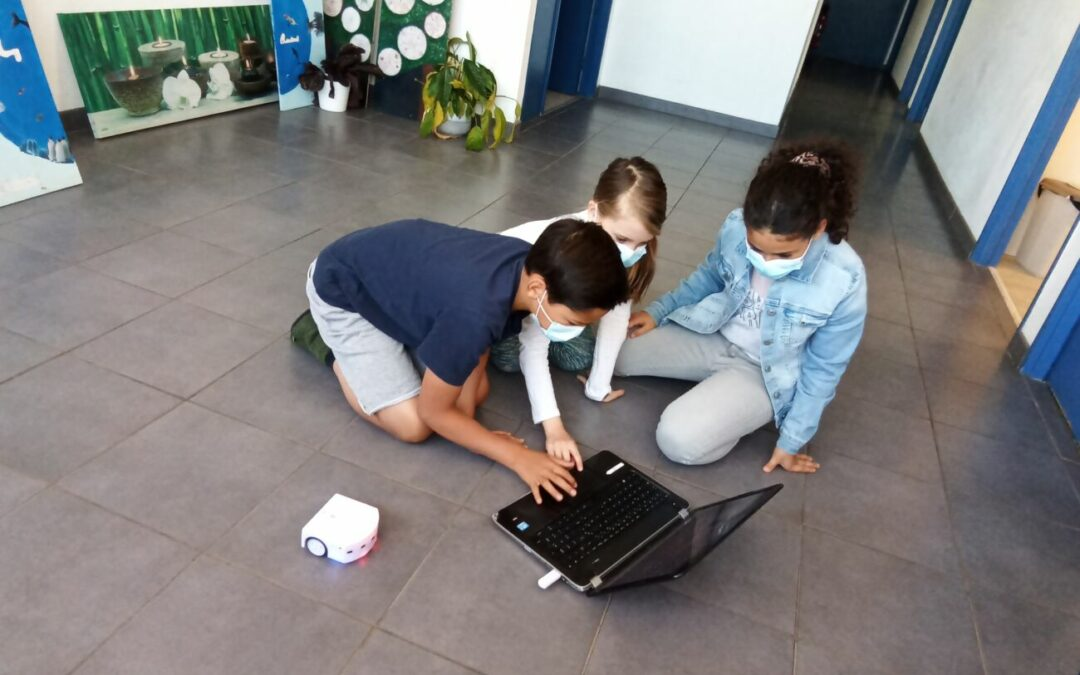 Introduction to robotics with the Thymio robot.